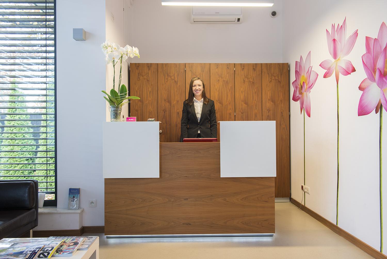 Każdego pacjenta wita uśmiechnięta rejestratorka.