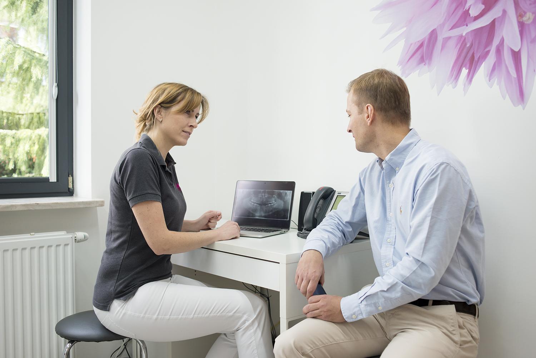 Dr Zadrożna z pacjentem podczas konsultacji.