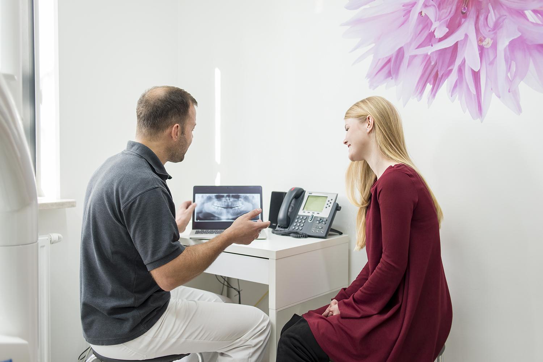 Doktor Zadrożny podczas konsultacji implantologicznej.
